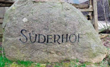 Der Süderhof liegt mitten in Wiesen und Feldern in der Nähe vom nordfriesischen Achtrup und wird von uns als generationsübergreifender Familienbetrieb bewirtschaftet.